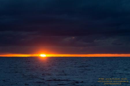 Ein Sonnenuntergang zwischen Himmel und Ozean